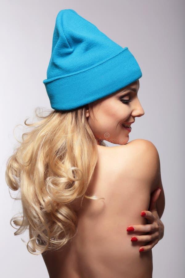 Femme dans un chapeau tricoté images libres de droits