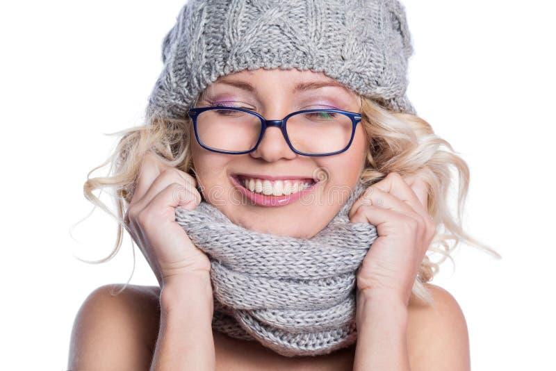 Femme dans un chapeau, une écharpe et des verres photos stock