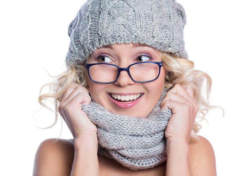 Femme dans un chapeau, une écharpe et des verres image libre de droits