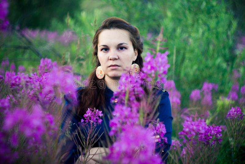 Femme dans un chemisier bleu en clairière de forêt photo stock