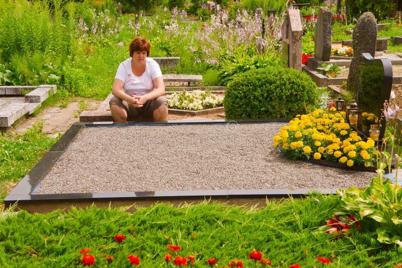 Femme dans un cimetière photographie stock libre de droits