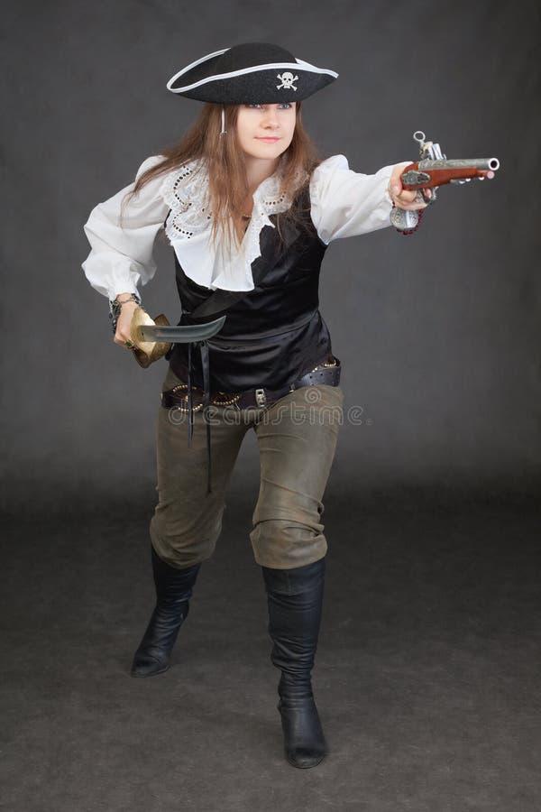 Femme dans un costume d'attaque de pirate de mer image stock