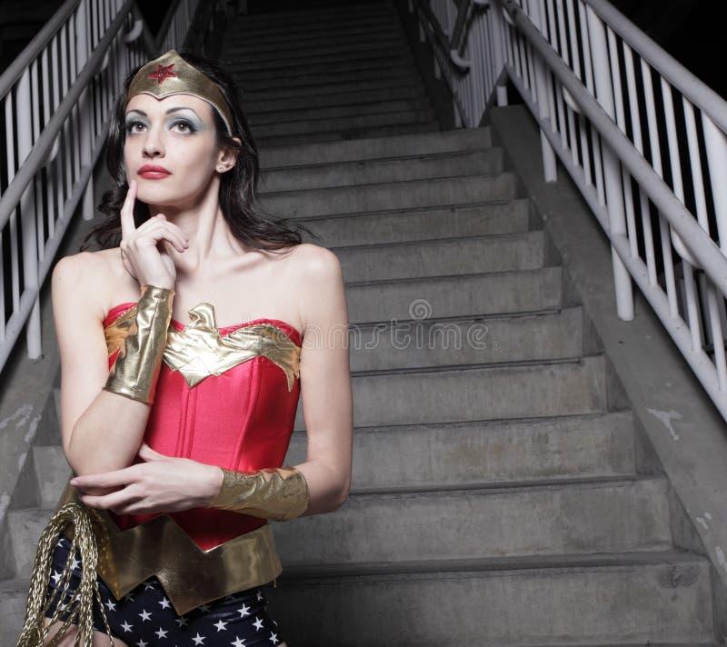 Femme dans un costume de superhero photographie stock libre de droits