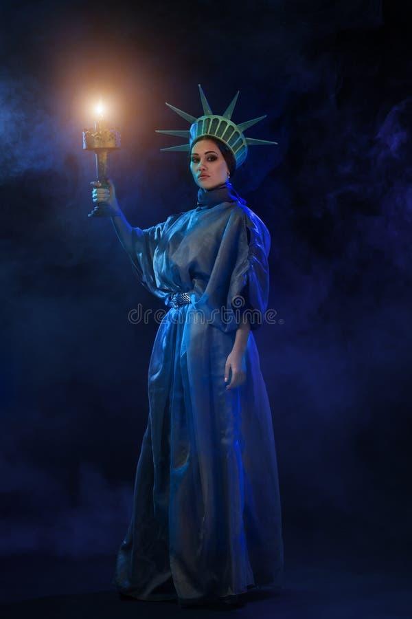 Femme dans un costume scénique sur l'étape photos stock