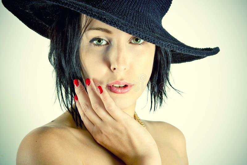 Femme dans un cru, rétro chapeau photo stock