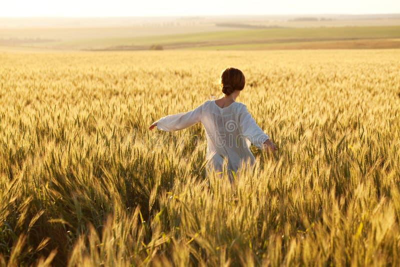 Femme dans un domaine de blé photo stock