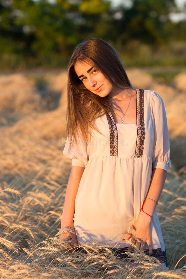 Femme dans un domaine de blé d'or photo libre de droits