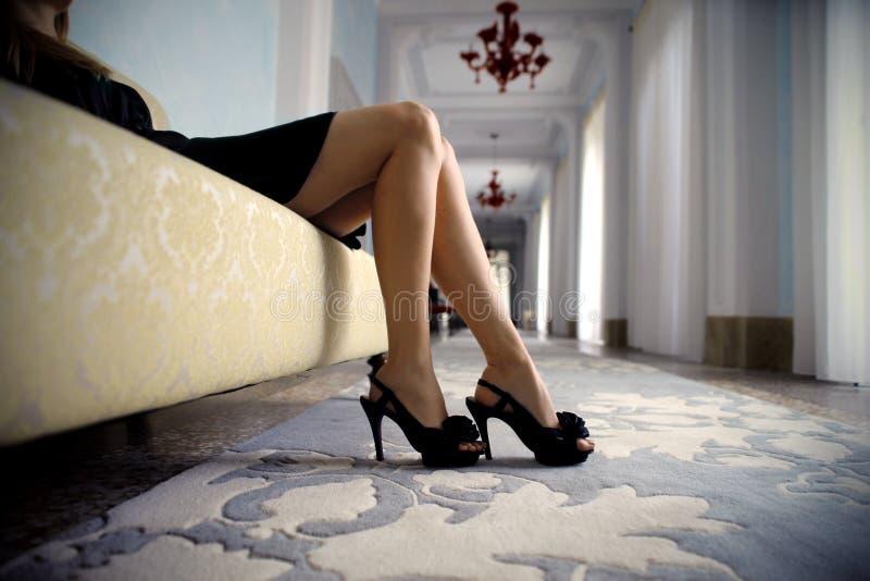 Femme dans un hôtel de luxe images stock