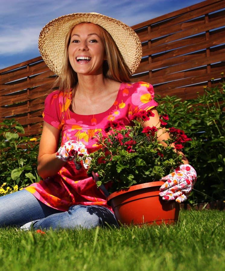 Femme dans un jardin photos libres de droits