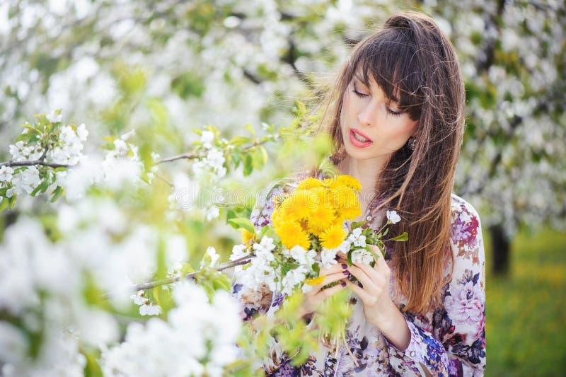 Femme dans un jardin de cerise photos libres de droits
