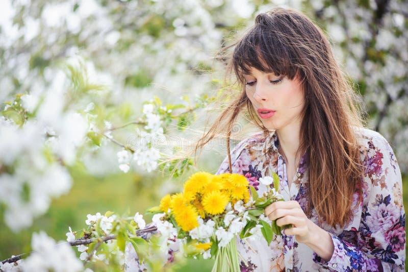 Femme dans un jardin de cerise photo libre de droits
