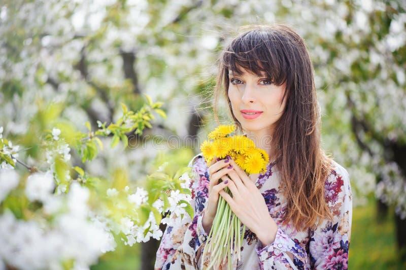 Femme dans un jardin de cerise image libre de droits