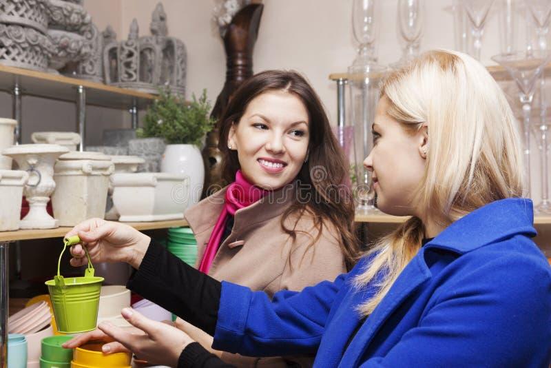 Femme dans un magasin de fleur images stock