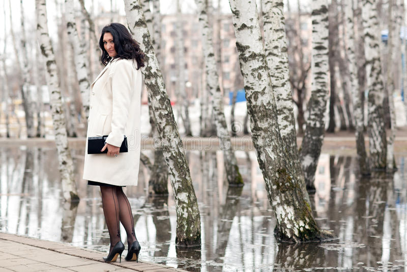 Femme dans un manteau blanc images stock
