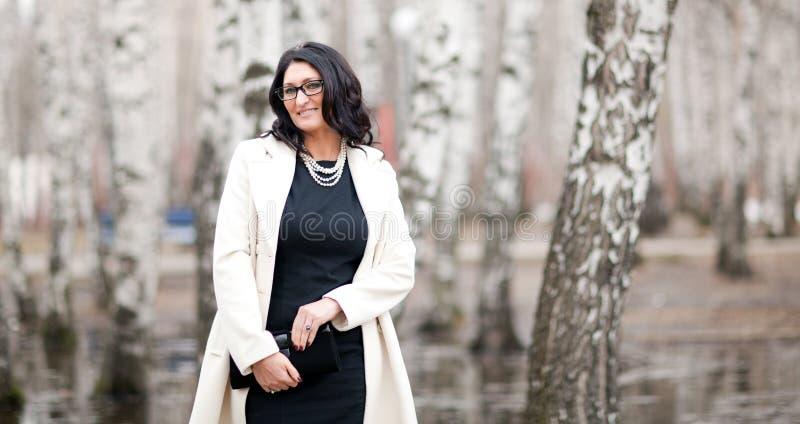 Femme dans un manteau blanc photo libre de droits