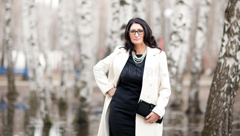 Femme dans un manteau blanc image stock
