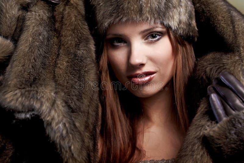 Femme dans un manteau de fourrure photos libres de droits