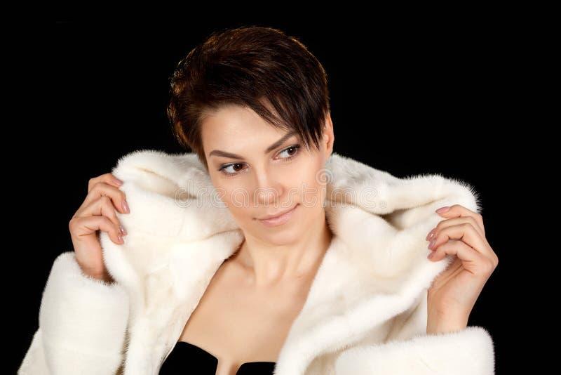 Femme dans un manteau de fourrure photographie stock libre de droits
