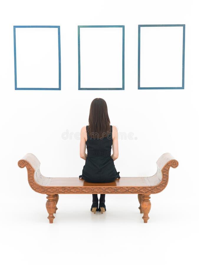 Femme dans un musée photographie stock libre de droits