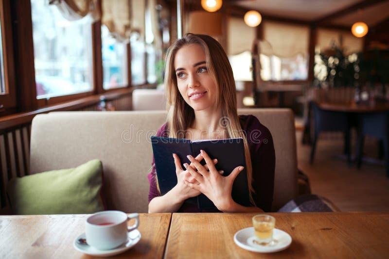 Download Femme Dans Un Restaurant Tenant Le Menu Dans Des Mains Image stock - Image du prévoir, cuvette: 87700187