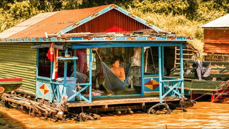 Femme dans un village de flottement sur le lac sap de Tonle photographie stock libre de droits