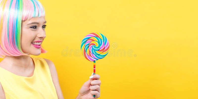 Femme dans une perruque colorée avec une lucette photographie stock libre de droits