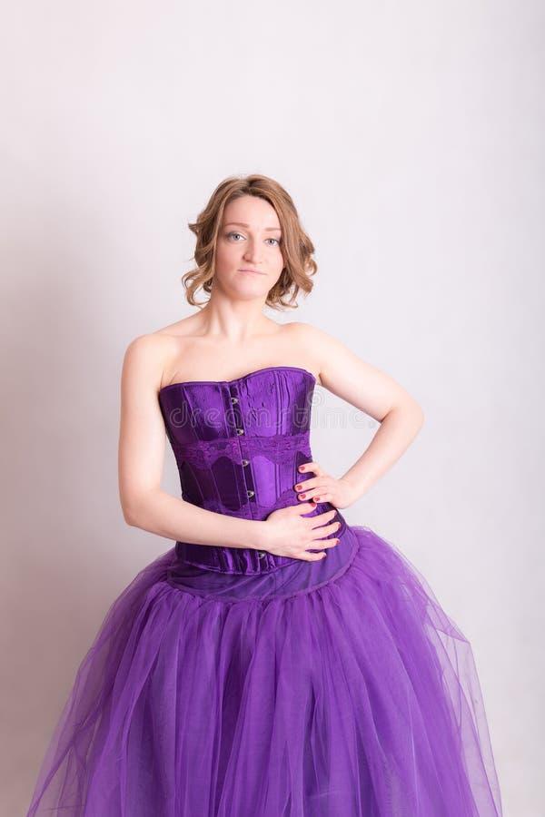 Femme dans une robe de soirée pourpre image stock