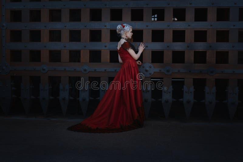 Femme dans une robe de vintage image stock