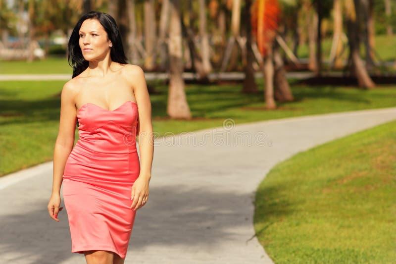 Femme dans une robe marchant en stationnement photos libres de droits