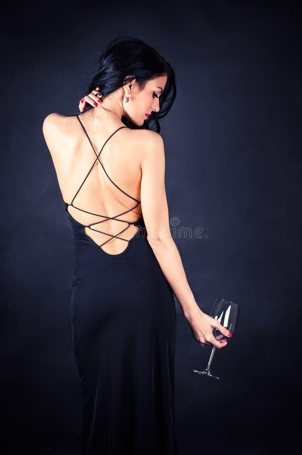 Femme dans une robe noire images libres de droits