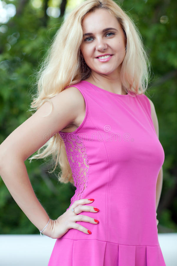Femme dans une robe rose photos stock