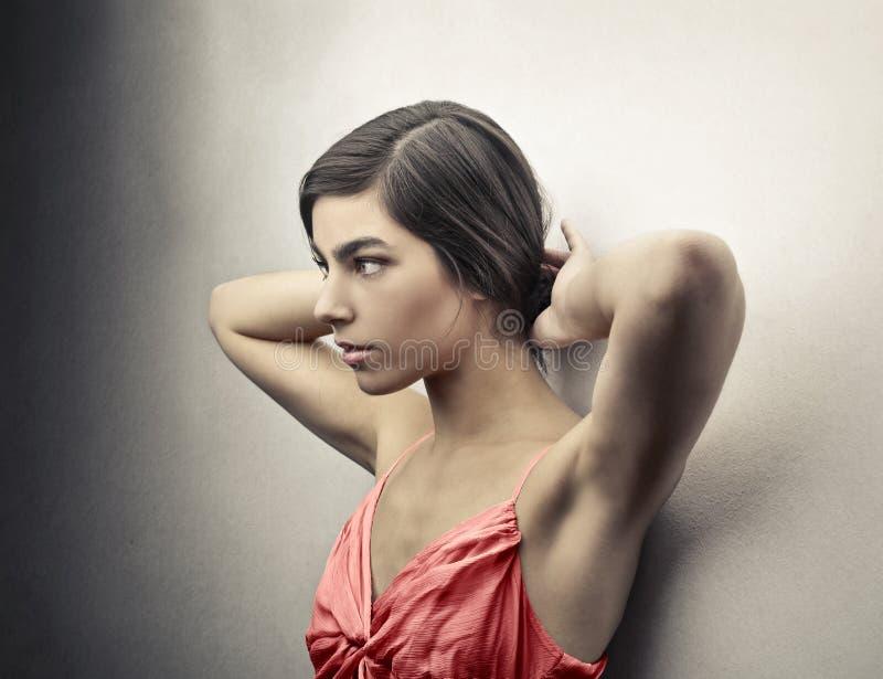 Femme dans une robe rose image stock
