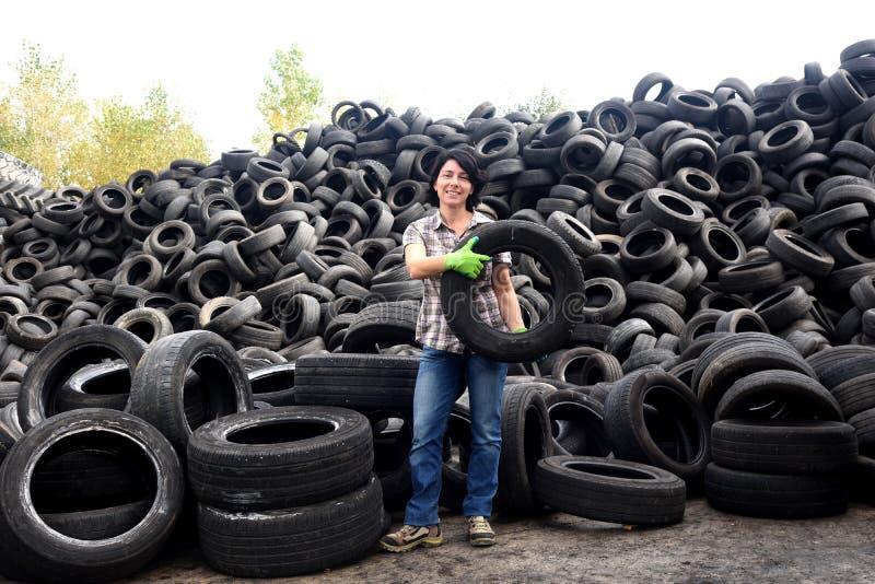 Femme dans une usine de réutilisation de pneu image libre de droits