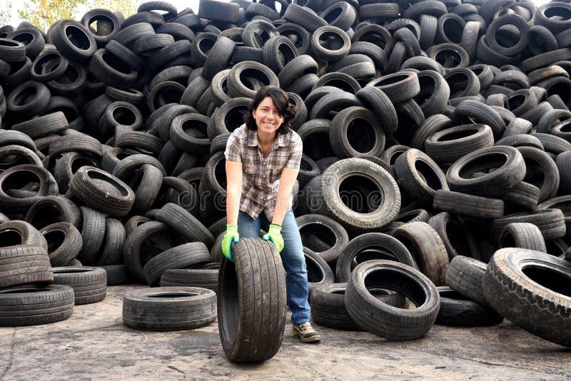 Femme dans une usine de réutilisation de pneu photo stock