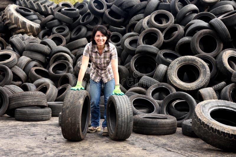 Femme dans une usine de réutilisation de pneu photos stock