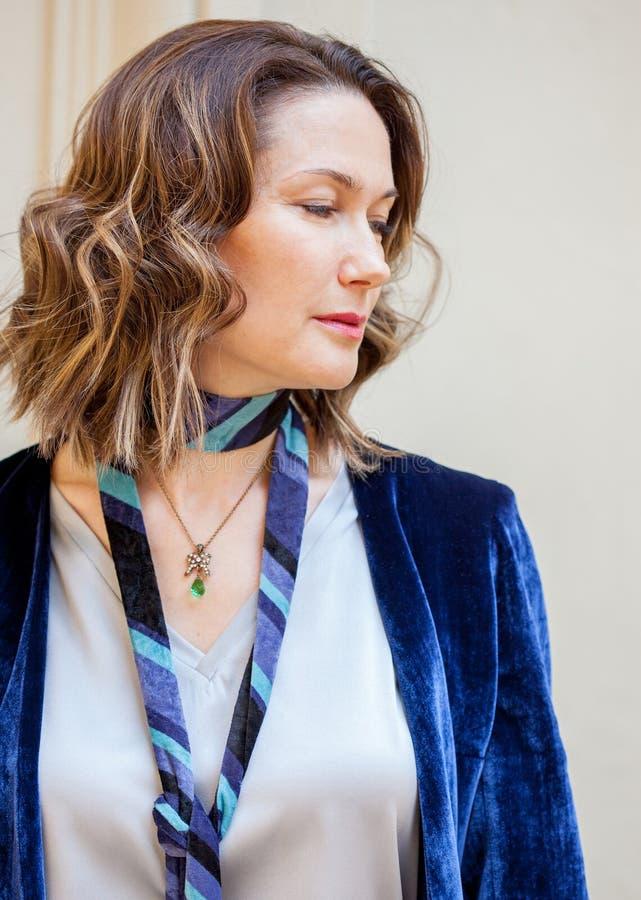 Femme dans une veste pourpre avec un pendant autour de son cou images libres de droits