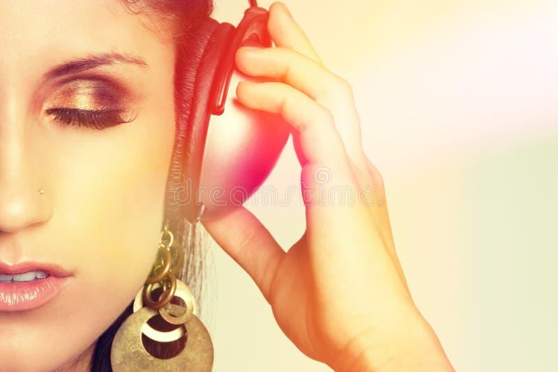 Femme de écoute de musique image libre de droits