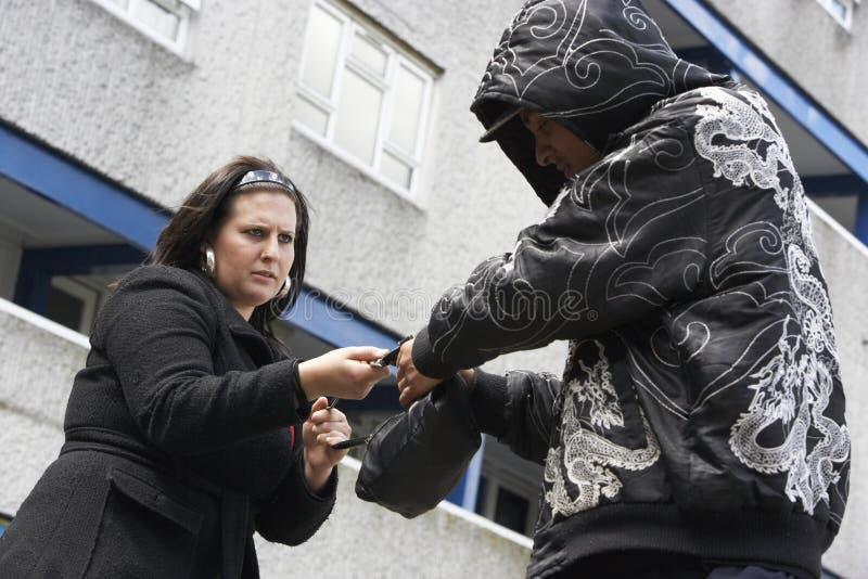Femme de agression d'homme dans la rue photos stock