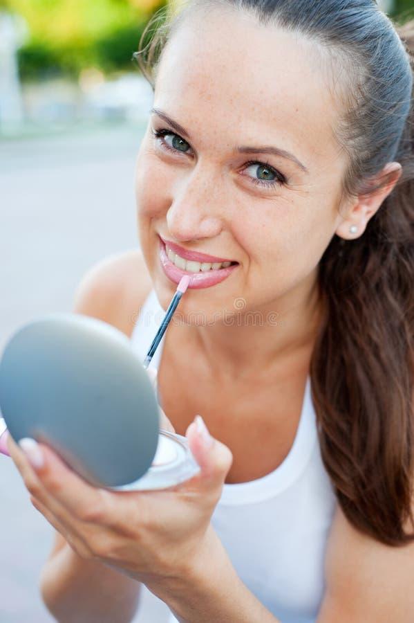 Femme de attirance peignant ses languettes photo stock
