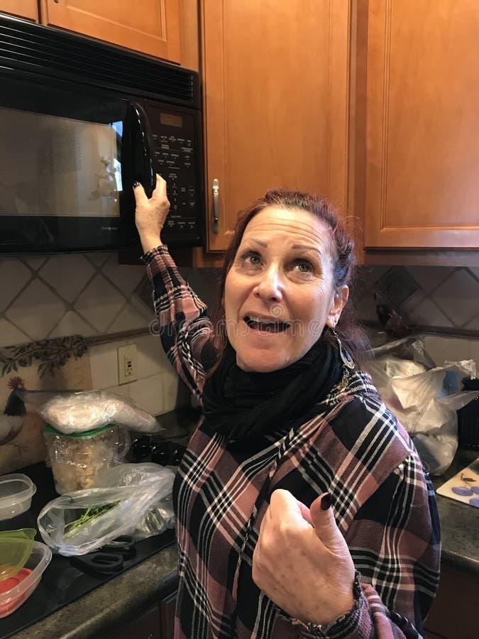 Femme de baby boomer dans la cuisine photo stock