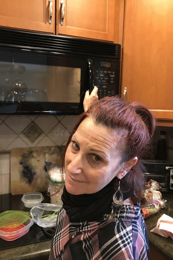 Femme de baby boomer dans la cuisine images libres de droits