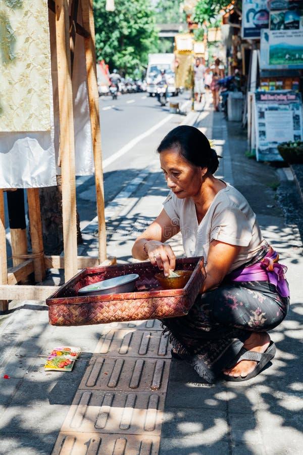 Femme de Balinese faisant des offres aux dieux image stock