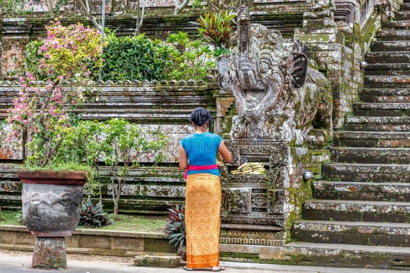 Femme de Balinese laissant des offres chez Pura Kehen, temple hindou de Balinese dans Bangli Regency, Bali, Indonésie photo libre de droits