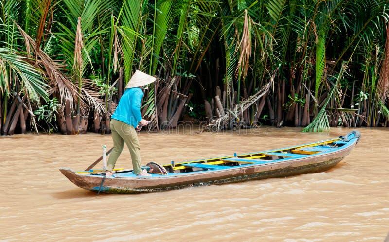Femme de bateau sur le fleuve de Mekong photos libres de droits