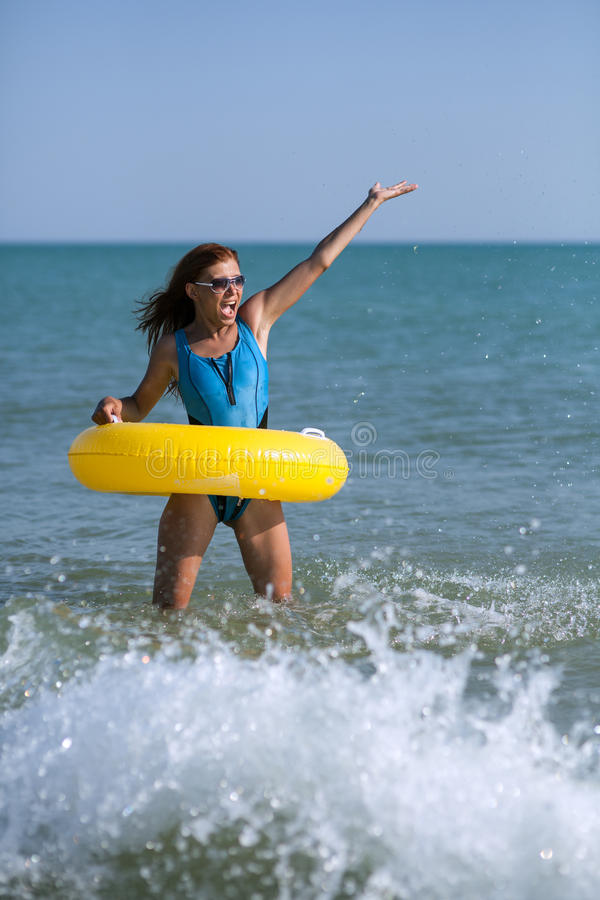 Femme de beauté à la plage de sable de mer photographie stock libre de droits