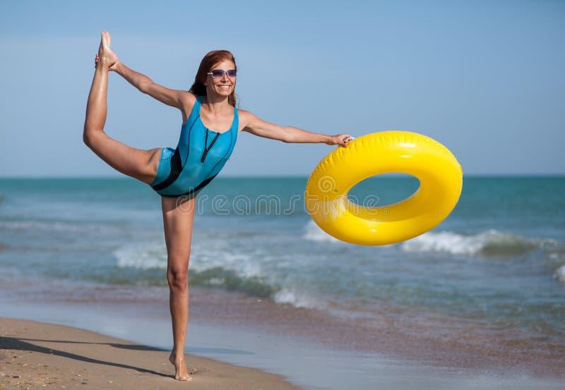 Femme de beauté à la plage de sable de mer images libres de droits