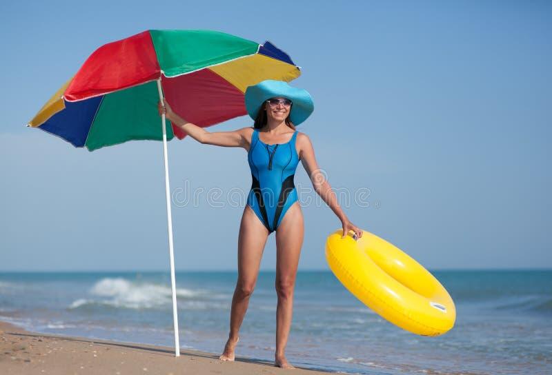 Femme de beauté à la plage de sable de mer image stock
