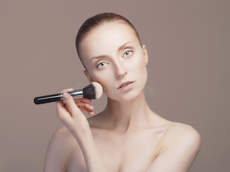 femme de beauté appliquant le maquillage image stock