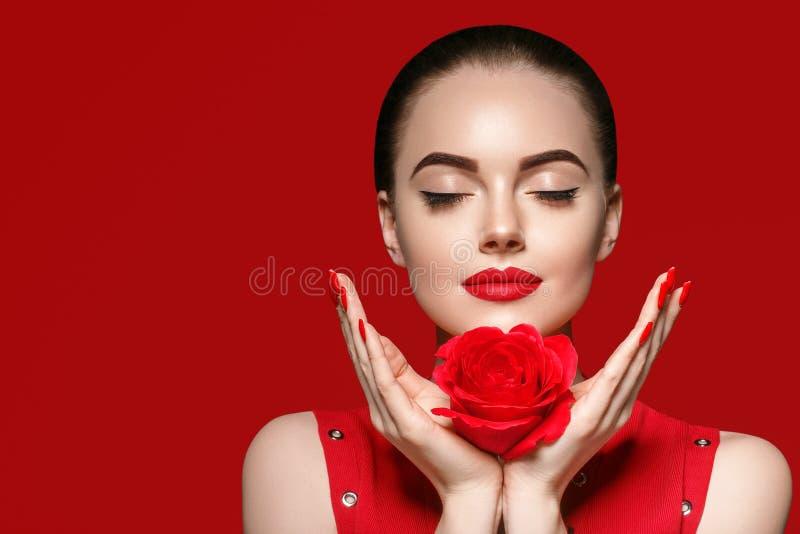 Femme de beauté avec de beaux cheveux bouclés et lèvres de fleur rose photo libre de droits