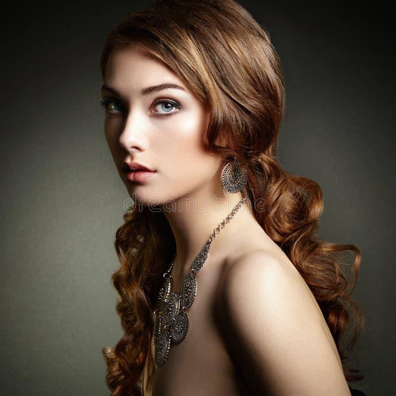 Femme de beauté avec de longs cheveux bouclés Belle fille avec h élégant images stock